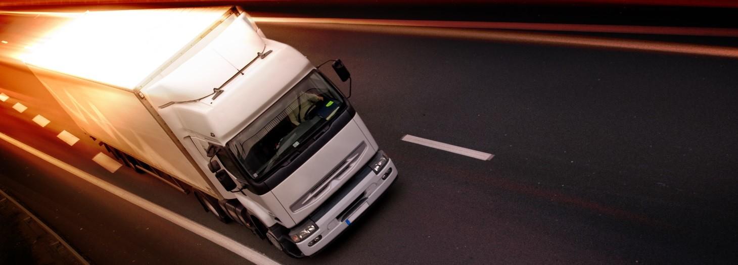 משאית לבנה נוסעת על כביש